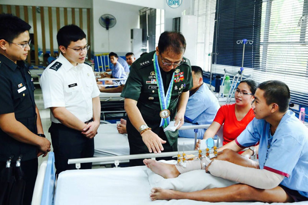 MANILA. AFP Chief of Staff General Carlito Galvez Jr. (center) visits the wounded soldiers at the Heroes Ward in V. Luna Medical Center on Monday, May 21, 2018. (Photo courtesy of AFP Public Affairs Office)