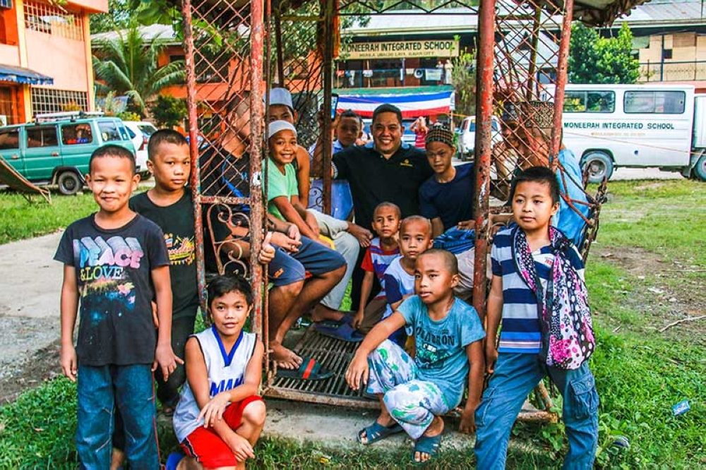 MARAWI. Beebeelee COO Ronald Rodriguez shares light moments with the kids in an evacuation area in Marawi City. The One Box, One Marawi campaign also intends to provide schools supplies for these children who will be returning to school in June. (Contributed photo/via Ronald O. Reyes)