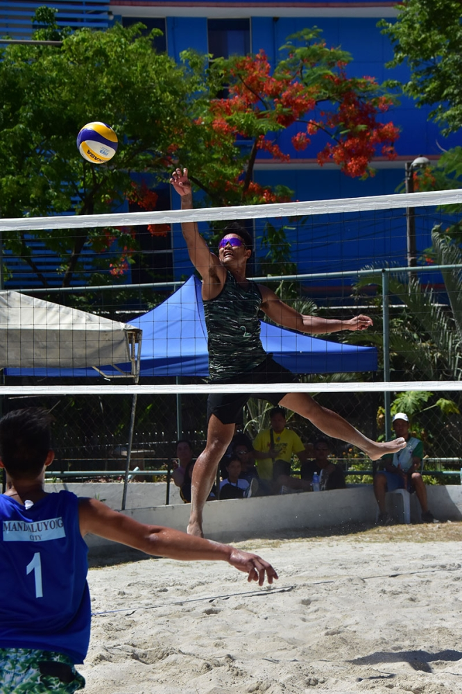 CEBU. Davao City's Calvin Sarte makes a drop shot to score a point against Mandaluyong City during the Philippine National Games 2018 men's beach volleyball semifinals at the Fort San Pedro in Cebu City on Thursday, May 24. Davao City wins, 19-21, 21-18, 15-6. (Macky Lim)