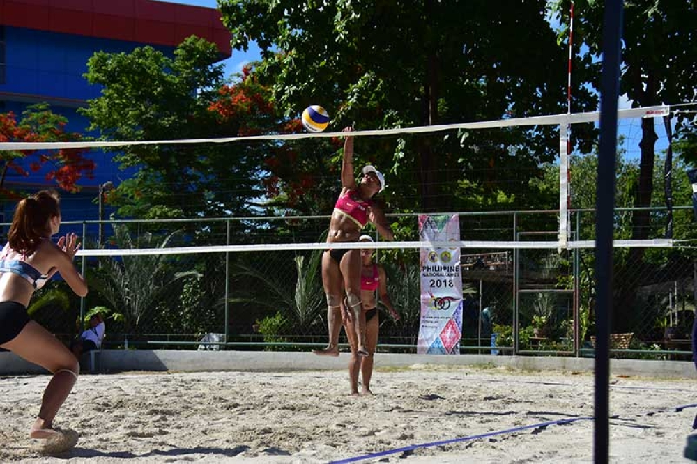CEBU. Police Officer (PO1) Karen Kay Quilario of Davao del Norte unleashes a powerspike during the semifinals against Davao City pair of Glenda Agang and Lycha Ebon of the Philippine National Games (PNG) 2018 women's beach volleyball at Fort San Pedro in Cebu City Thursday. Quilario and PO1 Lourdilyn Catubag went on to win the gold medal yesterday by beating Bayawan City, 21-11, 21-14. (Macky Lim)