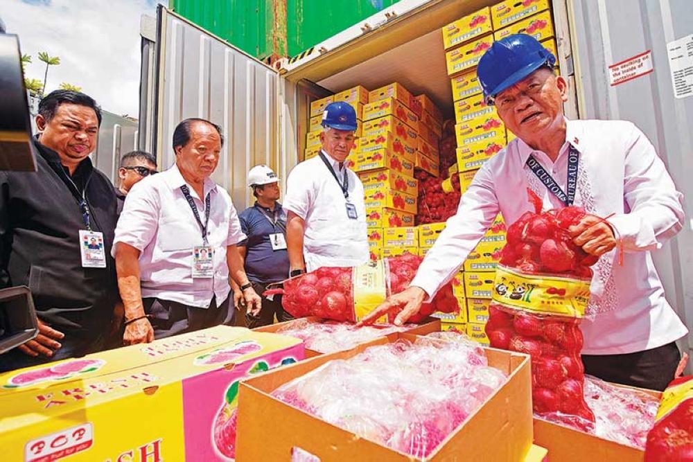 DAVAO. Si Bureau of Customs (BOC) Chief Isidro Lapeña nag-inspeksiyon sa upat ka shipments nga dunay sulod nga wala gideklarang produkto sa Port of Davao, Km. 11, Sasa, da sa Davao Biyernes. (Mark Perandos)