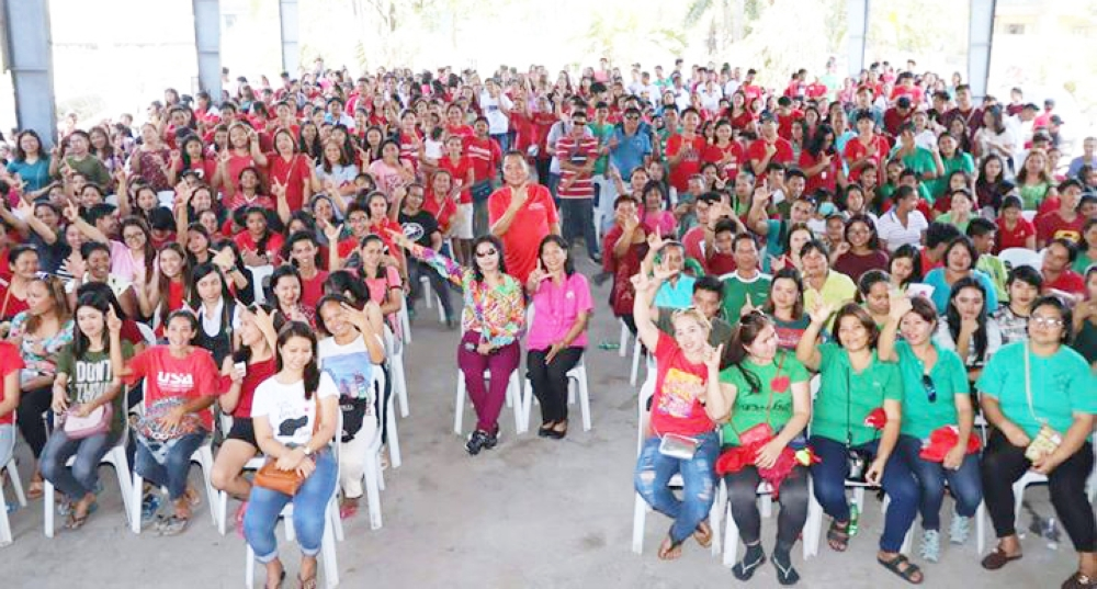 PAMPANGA. San Simon Mayor Leonora Wong and former Mayor Rodrigo Canlas flash the