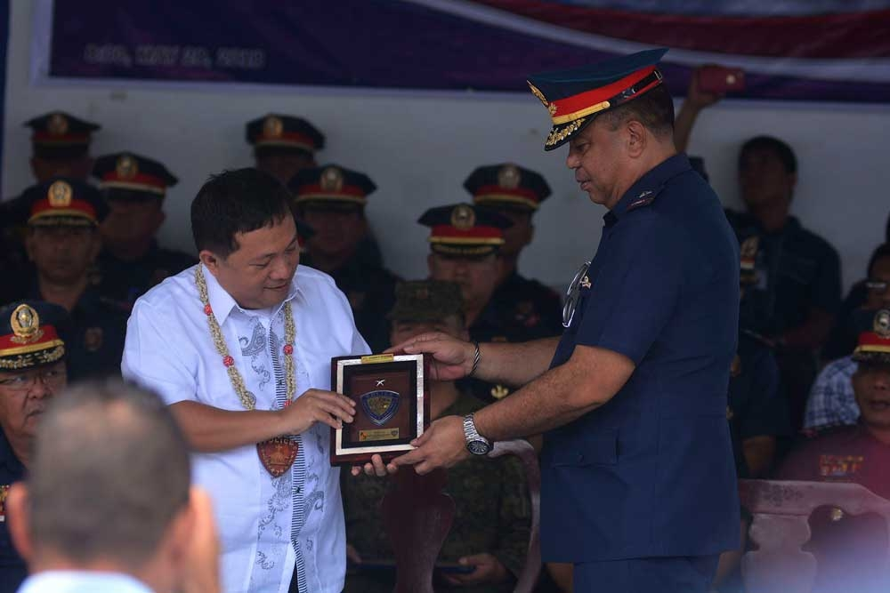 Partners. Comelec 7 Regional Director Veronico Petalcorin receives a plaque from PRO 7 Director Robert Quenery during yesterday's recognition program. (SunStar Photo/Amper Campaña)