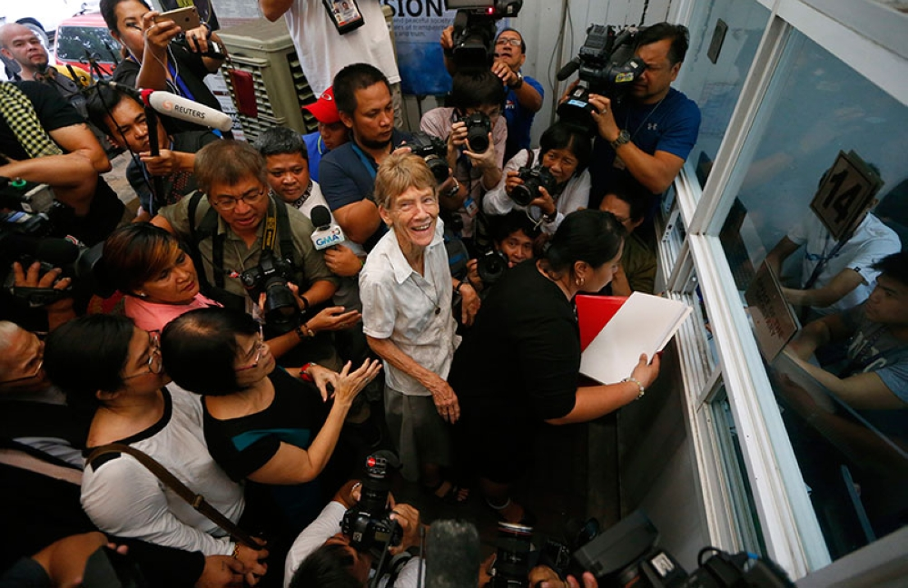 MANILA. Australian Roman Catholic nun Sr. Patricia Fox, center, looks up as she files a petition at the Justice Department shortly after filing a petition seeking to review a Bureau of Immigration order revoking her missionary visa, Friday, May 25, 2018, in Manila. Sr. Pat, who irked the President Rodrigo Duterte for joining political rallies, appealed to justice officials to allow her to continue her missionary work for the poor and victims of injustice. (AP)