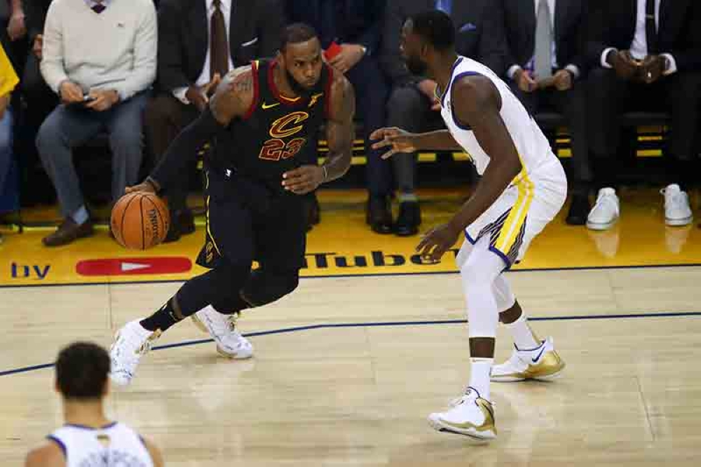 CALIFORNIA. Cleveland Cavaliers forward LeBron James, left, drives against Golden State Warriors forward Draymond Green during the first half of Game 1 of basketball's NBA Finals in Oakland, Calif., Thursday, May 31, 2018. (AP)