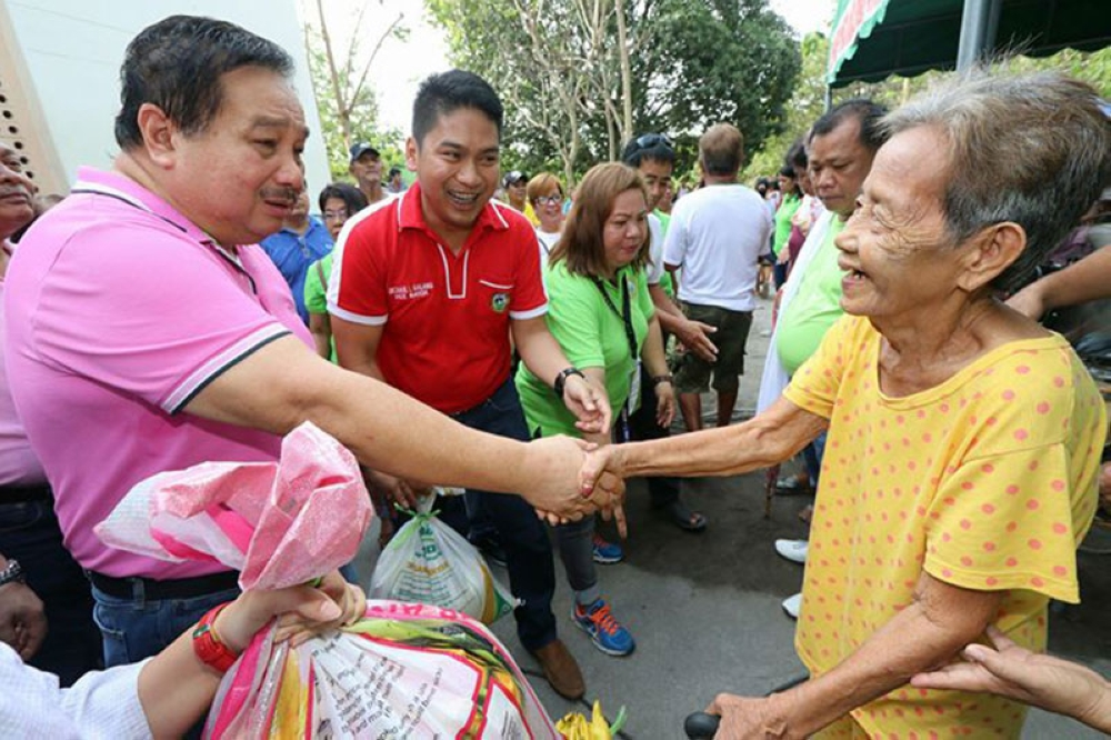 PAMPANGA. Floridablanca Mayor Darwin Manalansan (L) distributed gift packs to some 3,000 indigent constituents at the Municipal Hall Anex Basa-Palmayo Resettlement Area during his birthday on Tuesday. Joining him is Vice Mayor Mike Galang and SB members. (Chris Navarro)