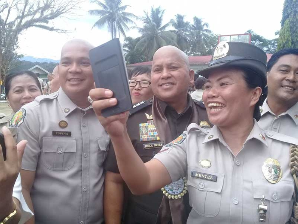 LEYTE. Bureau of Corrections Director General Ronald dela Rosa gamely  poses for a selfie with corrections officers during his visit at Leyte  Regional Prison in Abuyog, Leyte, on June 8, 2018. (Ronald O. Reyes)