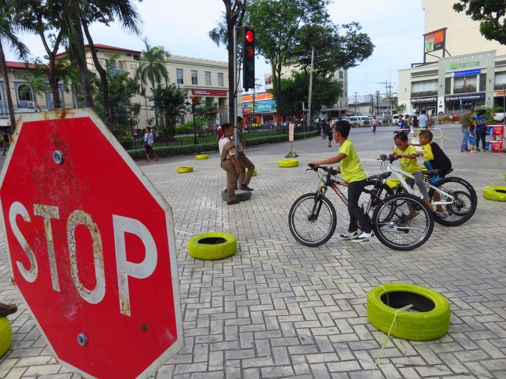 Biseklita. Ang mga gitun-an sa insaktong pagmaneho sa biseklita sa Plaza Sugbo. (Allan Cuizon)