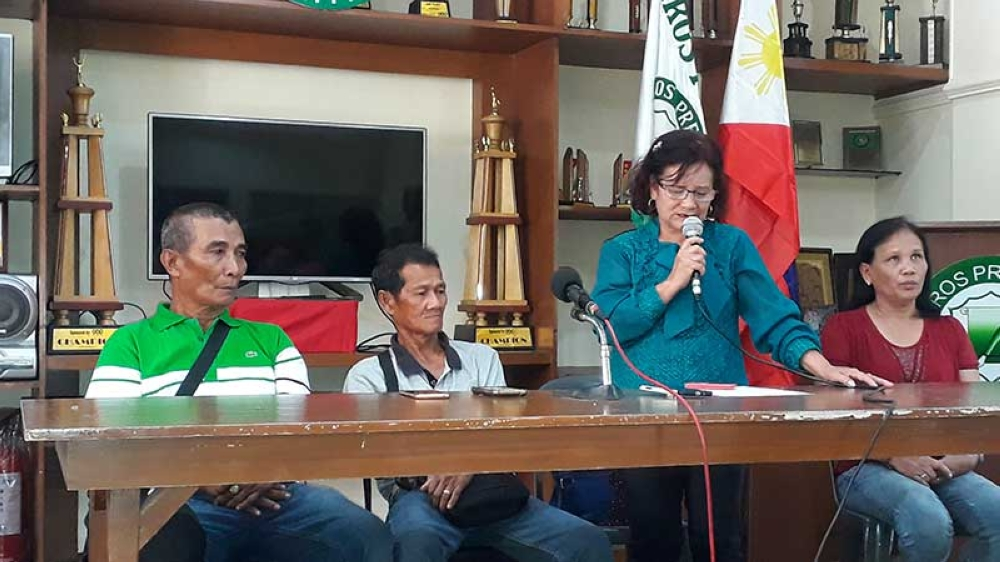 BACOLOD. Ma. Fe Tanallon (second from right) with other claimants and martial law victims in Negros Occidental air concerns on alleged extortion against a lawyer in a press conference at the Negros Press Club in Bacolod City yesterday, June 10. (Erwin P. Nicavera)