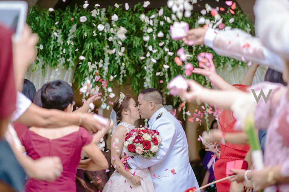 The couple's kiss during the throwing of flowers (Woody Jaum)