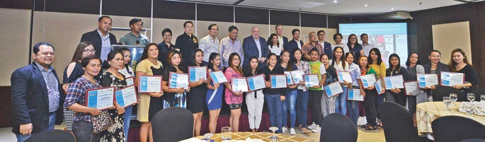 E-READY SKILLS. Participants of a 5-day ICT skills training for solo parents are joined by (second row, sixth from left) Cebu City Mayor Tomas Osmeña, CCCI Antonio Chiu (fifth from left) and New Zealand's Ambassador David Strachan. (SunStar photo / Amper Campaña)