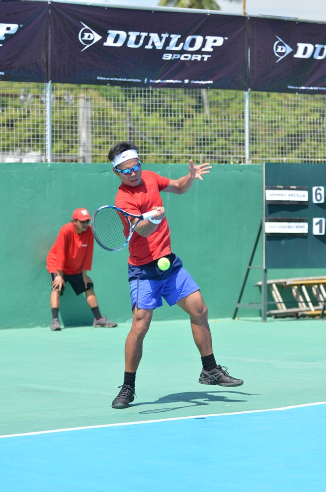 14s-DAVAO. Top seed Francis Casey Alcantara and second seed Johnny Arcilla demolish their respective rivals to lead first round winners of the 2nd Mayor James Gamao Cup National Invitational Tennis Championship 2018 that opened at the Panabo City twin courts Wednesday, June 13, 2018. (Photo by Boy Diong)