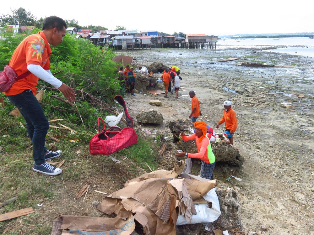 Clearing. Workers clean up Barangay Ibo's shores while the demolition is ongoing. (SunStar Foto/Allan Cuizon)