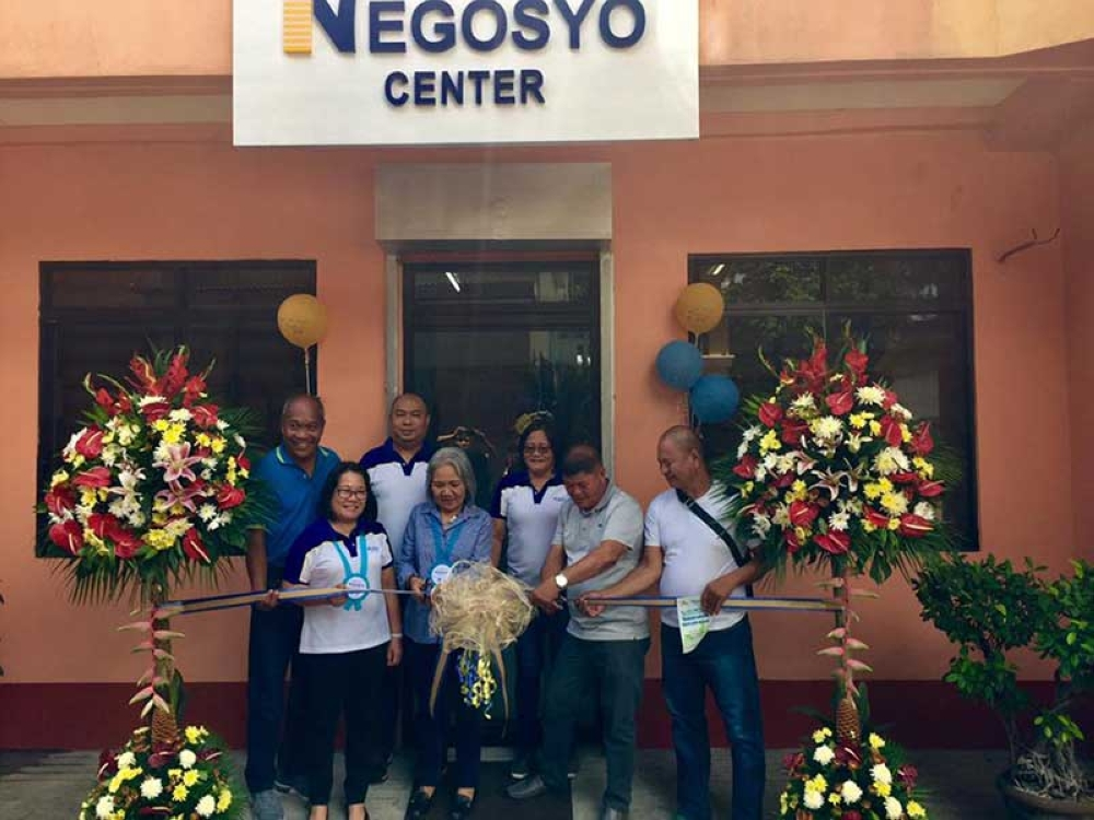 BINALBAGAN. Negosyo Center Coordinator for Negros Occidental Engiemar Tupas (third from left) with DTI-Western Visayas officials headed by Regional Director Rebecca Rascon (center) and Provincial Director Lea Gonzales (second from left) and local officials led by Mayor Emmanuel Aranda (second from right) during the opening of the Negosyo Center in Binalbagan town yesterday, June 13. (Contributed Photo /DTI-Negros Occidental)