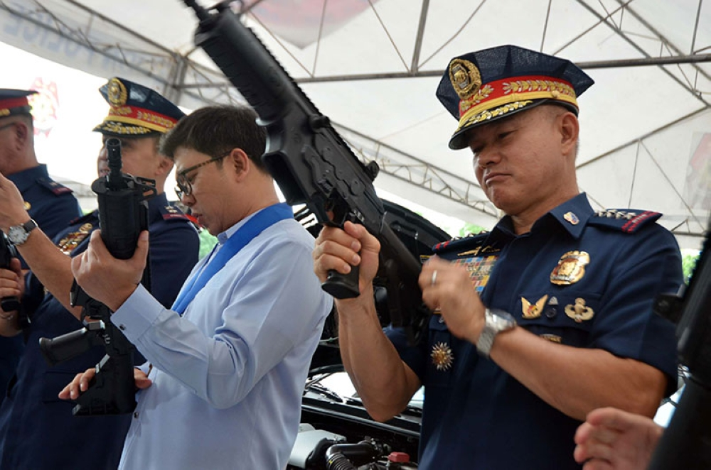 MANILA. MANILA. Quezon City Mayor Herbert Bautista (left) and PNP chief Oscar Albayalde inspect the guns given by the city government to the police on Thursday, June 14, 2018. (Alfonso Padilla/SunStar Philippines)