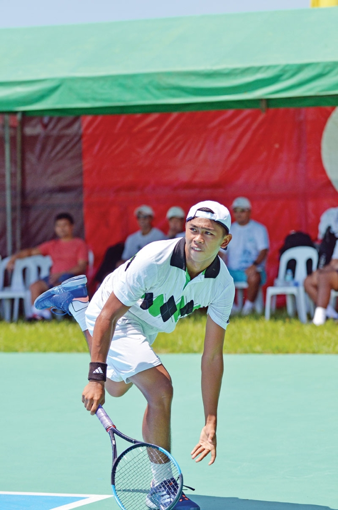 ENDURANCE. John Bryan Otico of Bukidnon endures the scorching heat of the sun in beating top seed Francis Casey Alcantara of Cagayan de Oro City, 6-4, retire in their men's singles quarterfinals match of the 2nd Mayor James Gamao National Invitational Tennis Open Championship at the Panabo City twin courts on Thursday, June 14. (Photo by Boy Diong)