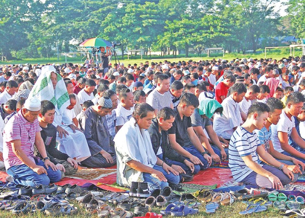 DAVAO. Mokabat sa 5,000 Muslims nagtapok sa Tionko Field sa Davao City samtang nagselebrar Eid'l Fitr sa pagtapos sa pagpuasa subay sa tinuohang Islam kagahapon. (Macky Lim)