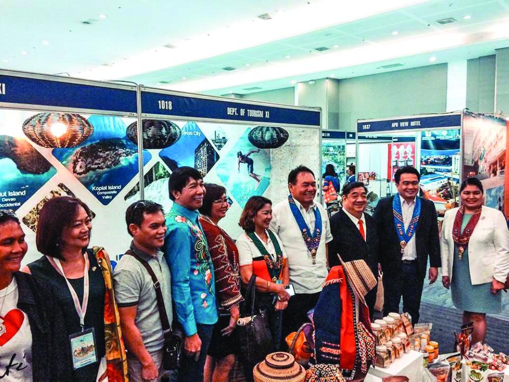 DAVAO. Mga opisyales, dinapit ug bisita nagpahulagway sa Davao del Norte booth atol sa Travel & Leisure Expo nga gihimo sa SMX Convention Center sa Davao City. (DavNor Tourism)