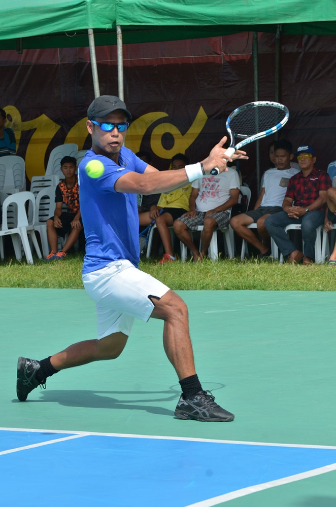 DAVAO. Second seed Johnny Arcilla of Butuan City returns the ball to John Bryan Otico of Bukidnon during the men's finals match of the 2nd Mayor James Gamao Cup National Invitational Tennis Championship at the Panabo City twin courts late Saturday afternoon. (Boy Diong)