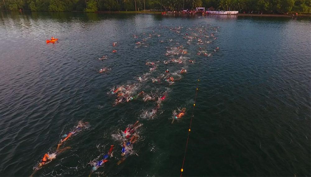 DAVAO. Nanglangoy ang mga miapil sa triathletes diin milawig sa 1.5-kilometer swim challenge sa inaugural race sa MusaMan TriDavnor sa miaging tuigdidto sa Banana Beach Hijo Resorts sa Madaum, Tagum City.