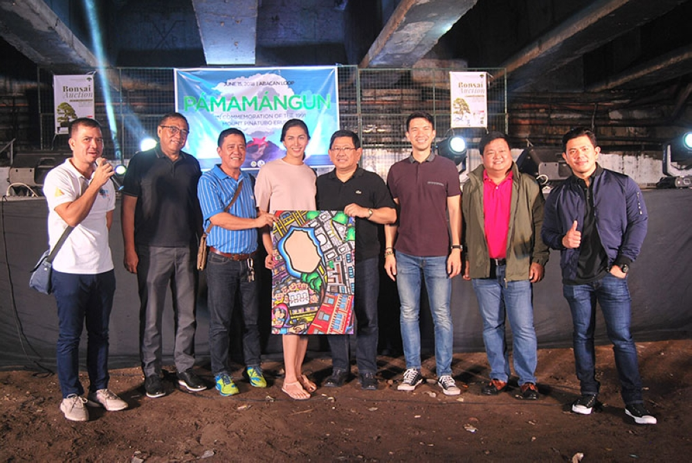 "ANGELES. Angeles City Mayor Edgardo Pamintuan and Vice-Mayor Bryan Matthew Nepomuceno present the winner of the ""Pamamangun"" poster-making contest held June 15 at the Abacan Loop. (Contributed photo)"