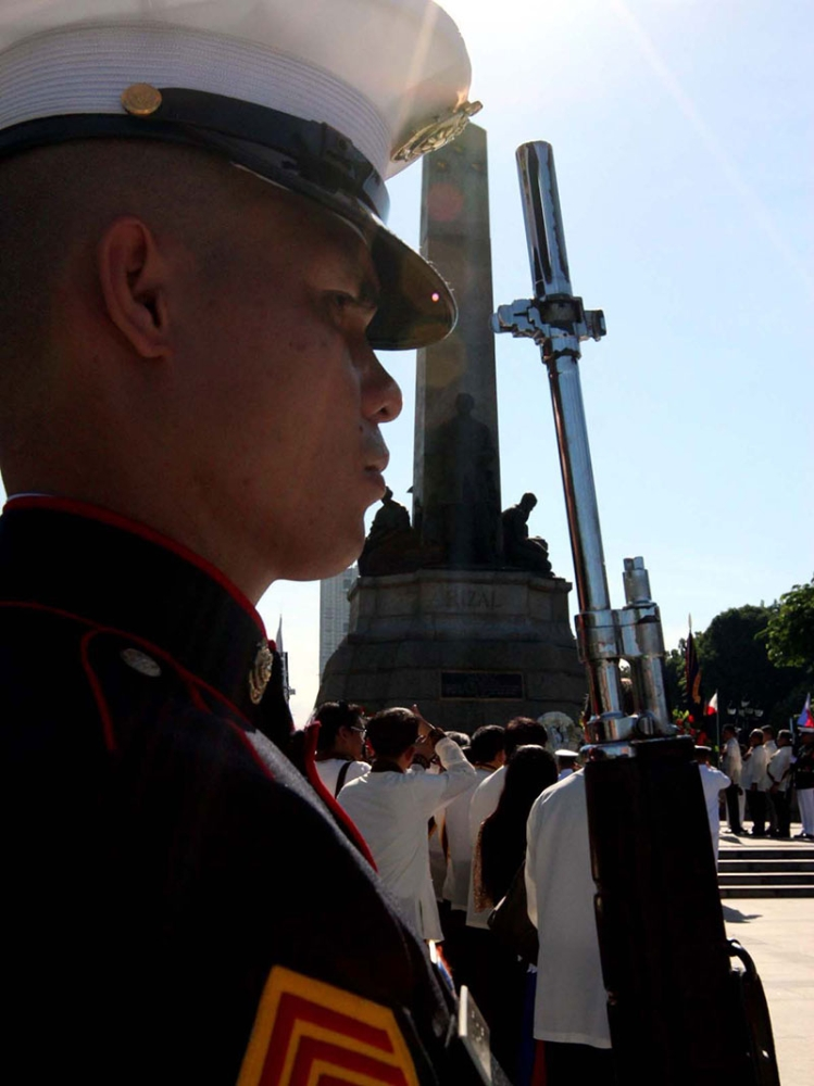MANILA. Honor guards from the Philippine Marines guard the Rizal Monument as the Philippines marked the 157th birth anniversary of national hero Dr. Jose Rizal in Luneta (Rizal Park), Manila. (Photos by Alfonso Padilla/SunStar Philippines)