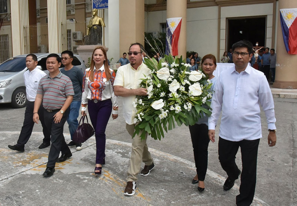 PAMPANGA. Board members Ferdinand Labung, Jun Canlas, Fritzie Dizon, Pol Balingit, Gerome Tubig and Salvador Dimson, Jr. make their way to the hearse of Luis Taruc to offer a wreath and pay respects to the Hukbalahap co-founder. (Contributed by Pampanga PIO)