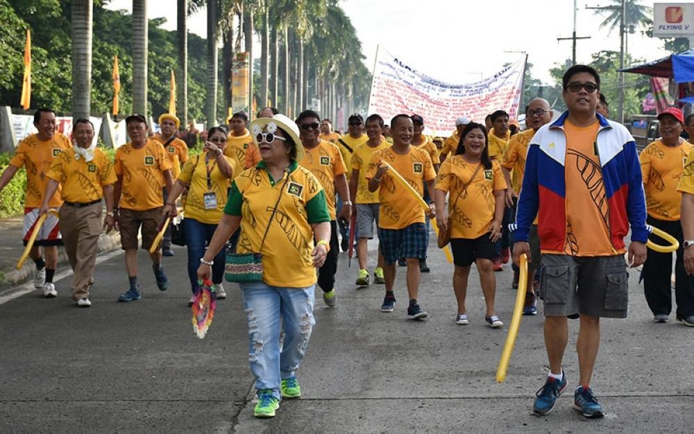DAVAO. Si Gov. Anthony del Rosario nanguna sa Alay DavNor Walk atol sa 50th Araw ng Davao del Norte. (Gipaambit na hulagway)