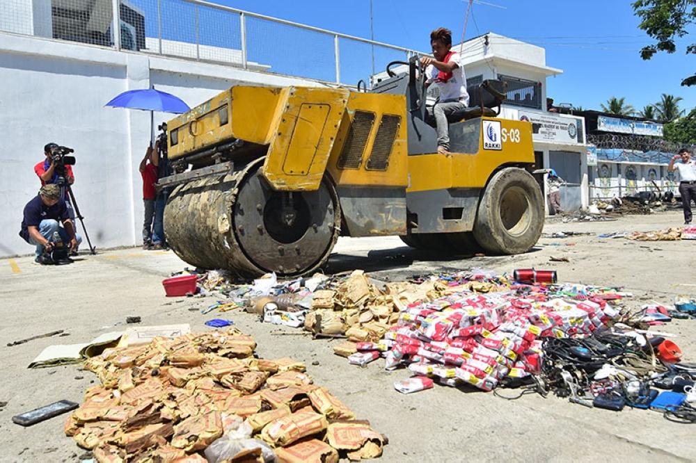 DAVAO. Gipakita sa publiko ang pagligis sa mga butang nga bawal sud sa prisohan diin moihap sa 16 mil ka mga butang ang gipangguba pinaagi sa pagligis sa pison sa Davao City Jail, Martes. Ang mga butang nakumpiska sa mga prisohan atol sa Oplan Greyhound sa Bureau of Jail Management and Penology sa tibuok Davao Region. (Macky Lim)