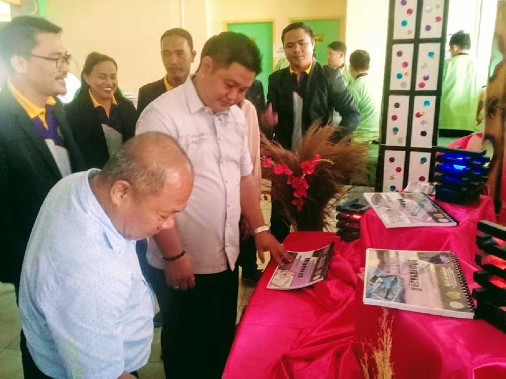 LEYTE. Regional education official Dr. Alejandrito Yman (foreground), together with Leyte schools division Superintendent Ronelo Al Firmo and Education Program Supervisor in-charge of Technology and Livelihood Education, Dr. Gil Esplanada Jr., looks at the newly-launched instructional manuals for TLE subjects in Leyte on June 20, 2018 at the division gymnasium. (Ronald O. Reyes)