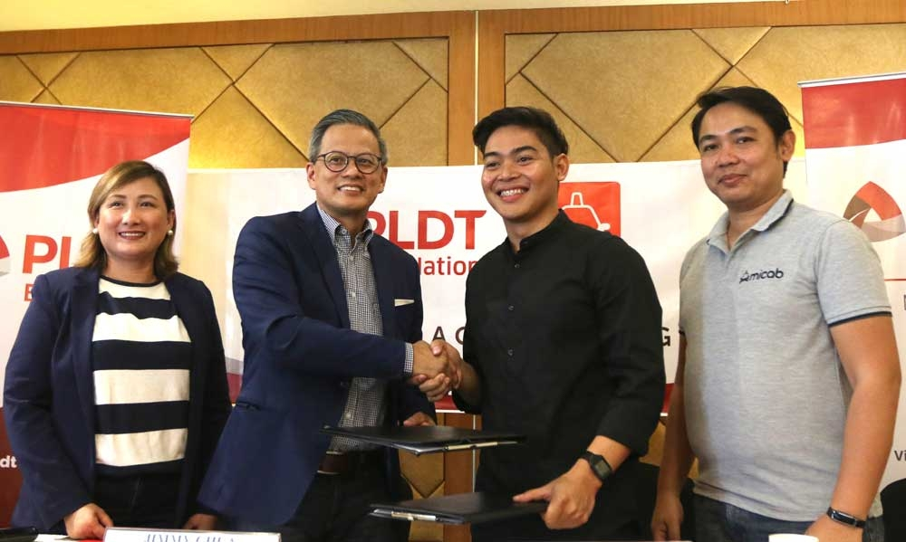 Agreement. PLDT SME Nation AVP Jimmy Chua (second from left) shakes the hand of Micab Systems Corp. CEO Eddie Ybañez after agreeing to power Micab's taxi units. With them are Hazel Amoyan of PLDT SME and Kenneth Baylosis of Micab. (SunStar Photo/Alex Badayos)
