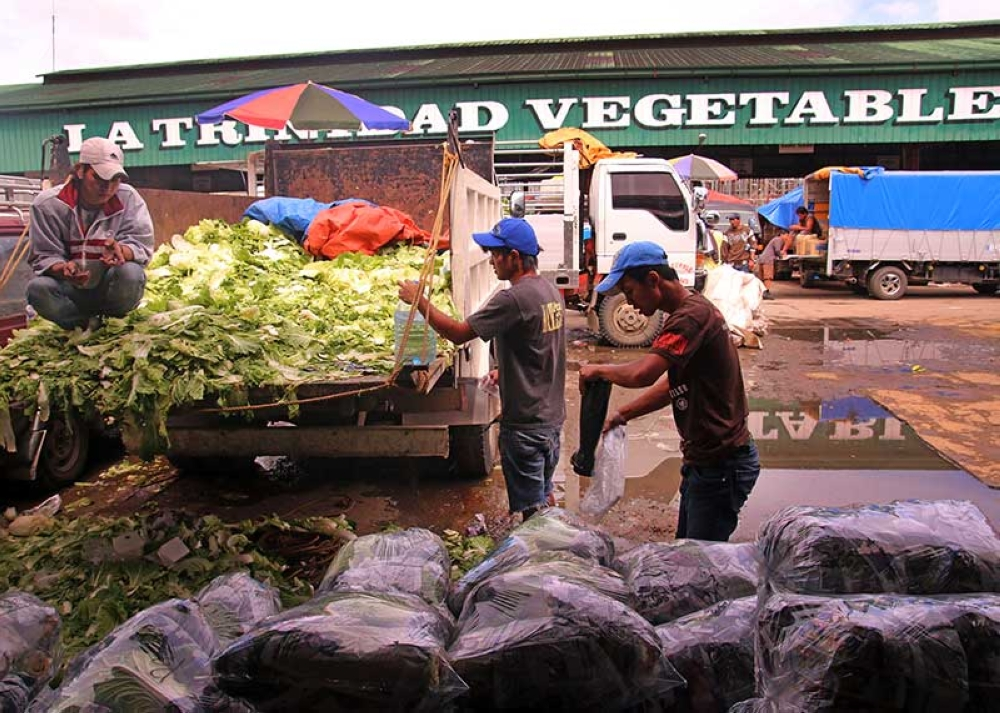 BAGUIO. Vegetable traders converge at the old La Trindad trading post. (Photo by Milo Brioso)