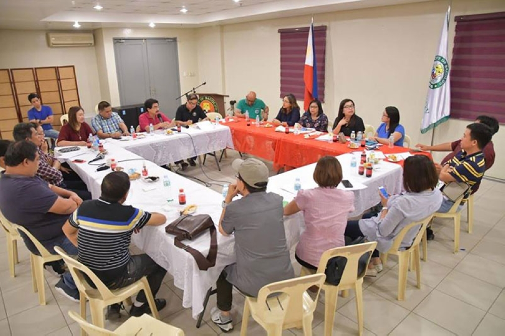 BACOLOD. Bacolod City Mayor Evelio Leonardia meets with the representatives of Bacolod Our Lady of Mercy Specialty Hospital and PhilHealth on Friday at the Government Center. (Bacolod City PIO)