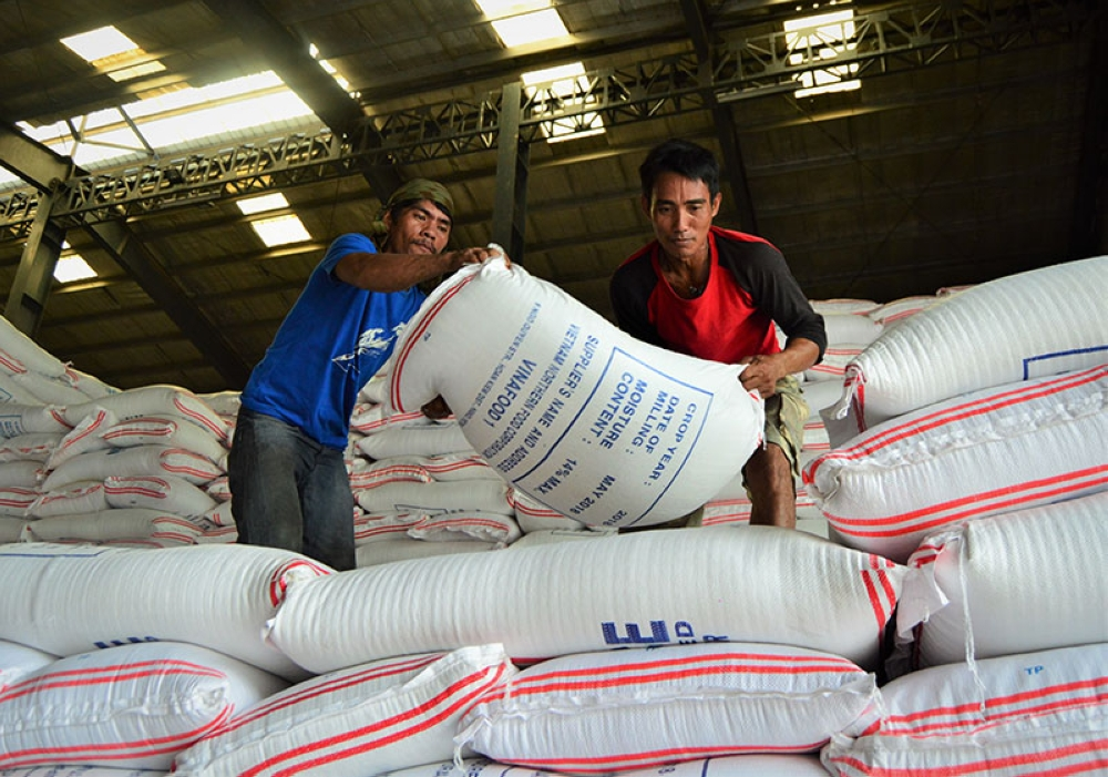 CAGAYAN DE ORO. Workers pile sacks of rice at the National Food Authority (NFA) warehouse in Baloy, Barangay Tablon, Cagayan de Oro following the arrival of 92,000 bags from Vietnam. (Jigger J. Jerusalem)
