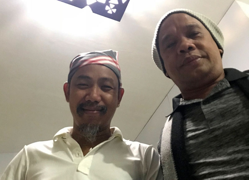 IN DAVAO. Warka Adala, a healer from Sulu, is in town for some healing sessions. Here he is shown with artist Kublai Millan. (Stella Estremera)