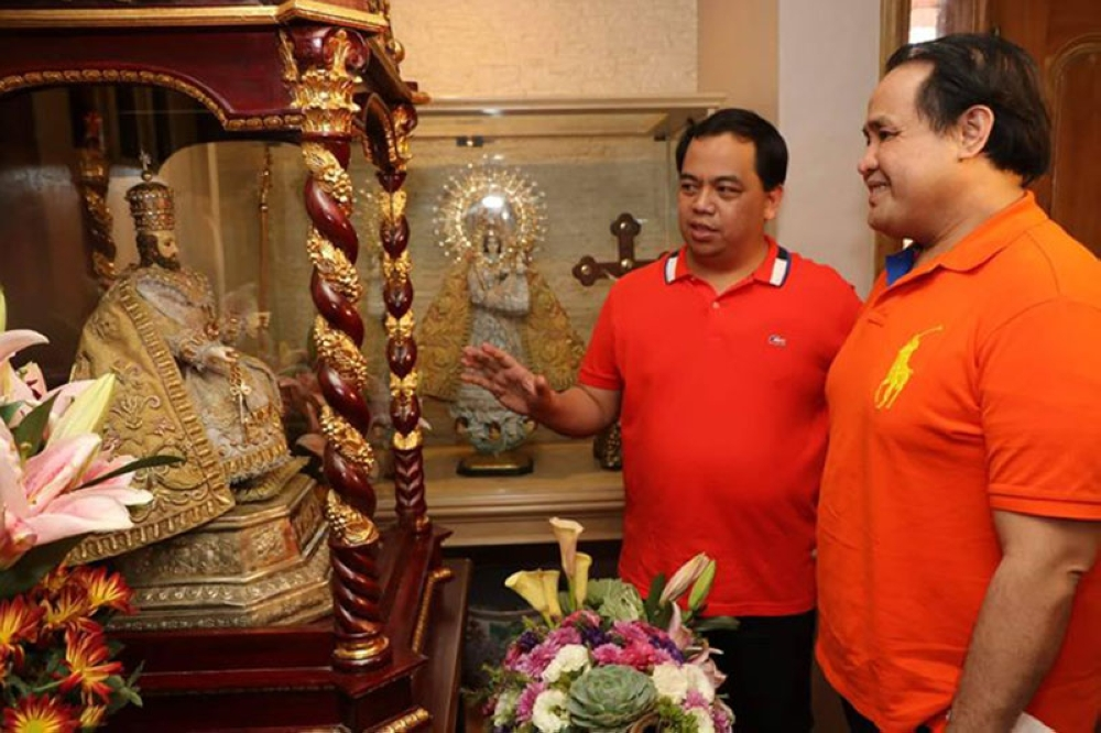 PAMPANGA. Former Apalit Mayor Jun Tetangco shows Acting Governor Dennis Pineda a miniature image of St. Peter during Thursday's town fiesta celebration. (Chris Navarro)