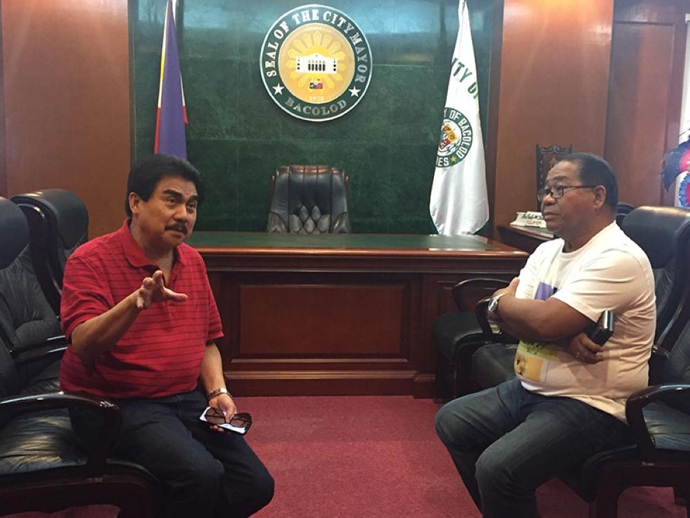 LTO-6 director Rolando Ramos (right) pays a courtesy call to Bacolod City Mayor Evelio Leonardia yesterday at the Government Center. (Merlinda A. Pedrosa)