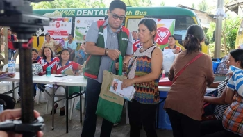 MATERNAL KIT. Governor Anthony del Rosario distribute maternal kits to pregnant women during a recent episode of the Best People Festival of Services. (Photo contributed by Davao del Norte)