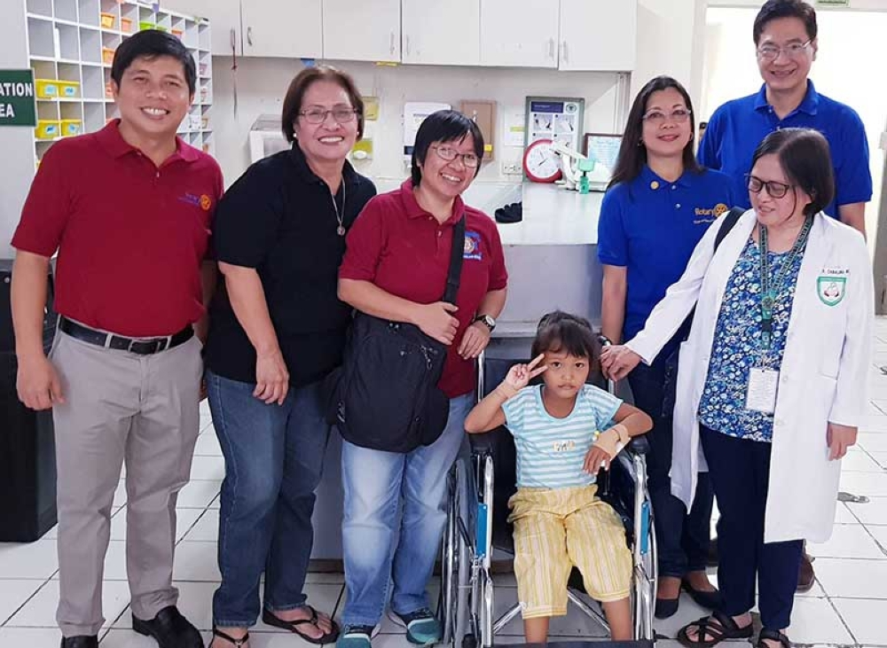BACOLOD. Patient Mary Joy Bedia flashes a peace sign while sitting in the wheelchair. In photo are Rotary Club of Bacolod-East past presidents Dr. Benjamin Souribio, Elsie Jolingan, Carla Cañet, and Sonya Verdeflor, President Philip Araneta and Dr. Mary Johnson Cabaluna, head of the Pediatric Department of Corazon Locsin Montelibano Memorial Regional Hospital. (SunStar Bacolod)