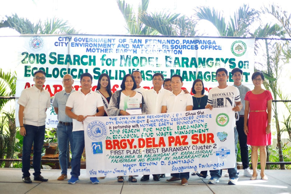 PAMPANGA. Officials from winning barangay for Cluster 2, Dela Paz Sur, receive their award from the Local Government of San Fernando, headed by Mayor Edwin Santiago. Joining them are Vice Mayor Jimmy Lazatin, City Councilor BJ Lagman, OIC-City Administrator Engr. Michael Quizon, Jr., DILG-CLGOO Irinea Bacani, OIC-City Environment and Natural Resources Office Regina Rodriguez, Mutya at Lakan ning Kalikasan 2018 Mary Rose Ignacio and Peter Chollo Sotiangco, and Mother Earth Foundation Chairman Sonia Mendoza. (CSF-CIO)