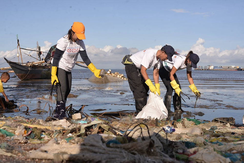 BACOLOD. Volunteers did a sweep of the Banago coastline last May. This Saturday, July 7, the PRRFCI calls on the community for the biggest sweep on a major Bacolod street.