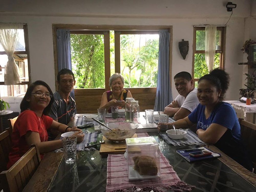 TACLOBAN. Atty. JP Anthony Cuñada meeting with good friends award-winning poet-author Prof. Merlie Alunan, lawyer-classmate now Ormoc City prosecutor Erwin Pedrosa and his wife Nanette, and writer Aivee Badulid during his brief stopover in Tacloban City and in Palo, Leyte on July 5. (Photo courtesy of JP Anthony Cuñada)