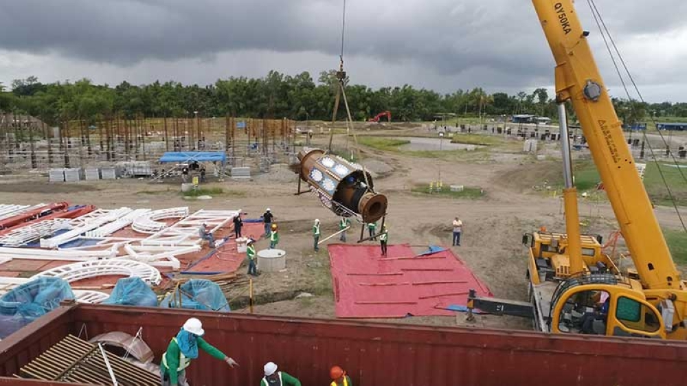 MagiklandA giant crane unloading a part of the Twister Coaster, one of the thrill rides of Magikland. (SunStar Bacolod)