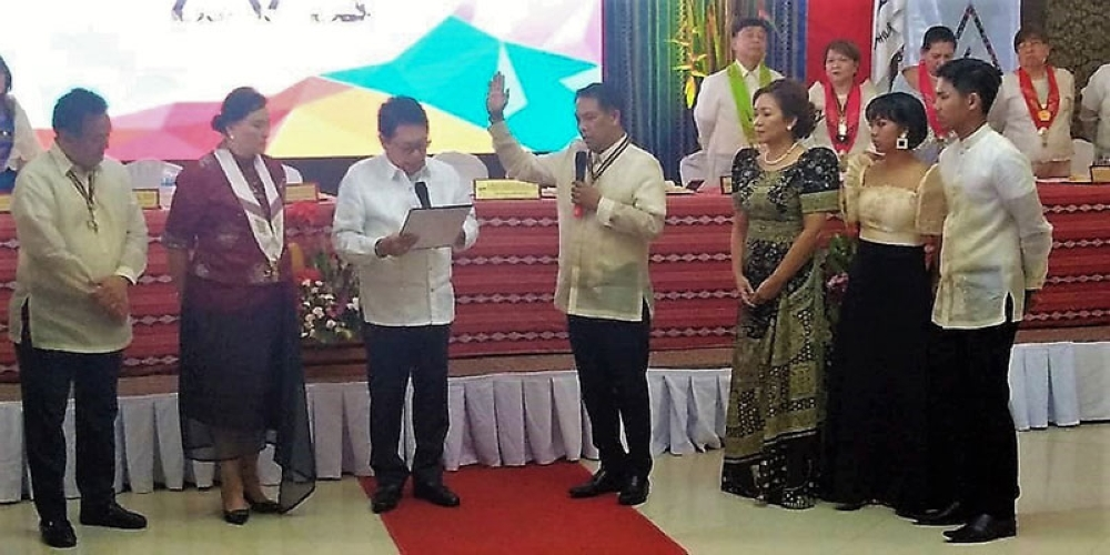 DAVAO. Si Architect Panganiban uban ni outgoing UAP National President Guillermo Hisancha atol sa inaugural ceremonies. (Contributed photo)