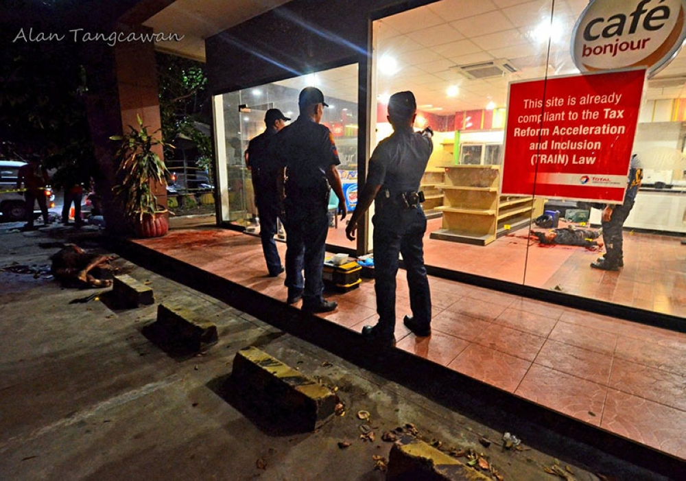 CEBU. Authorities found the bodies of slain security guards Anjen Lagmay, 21, and Junifer Teniano, 24, after responding to a call that the two were engaged in a fight. (Photo by Alan Tangcawan/SuperBalita Cebu)