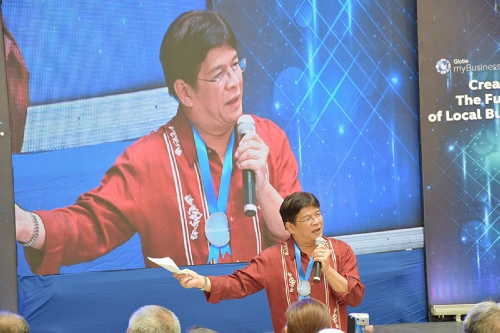 ILOILO. City Mayor Jose Espinosa III, one of the selected mayors all over the globe attending the 6th World Cities Summit and Mayors Forum 2018, speaks before the crowd in Singapore Wednesday, July 11, 2018. (Iloilo City Government Facebook page)