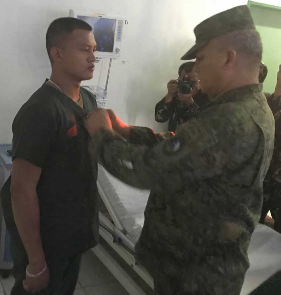 ZAMBOANGA. Photo handout shows Lieutenant General Arnel Dela Vega, Western Mindanao Command chief, pins medal to a wounded soldier at Camp Teodulfo Bautista Station Hospital in Jolo, Sulu. (Bong Garcia)