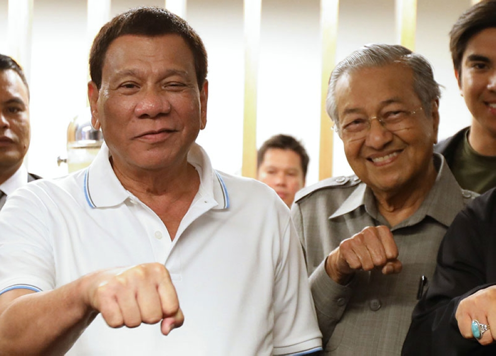 MALAYSIA. President Rodrigo Duterte makes his signature pose with Malaysia Prime Minister Mahathir Bin Mohamad after boxing icon Senator Emmanuel