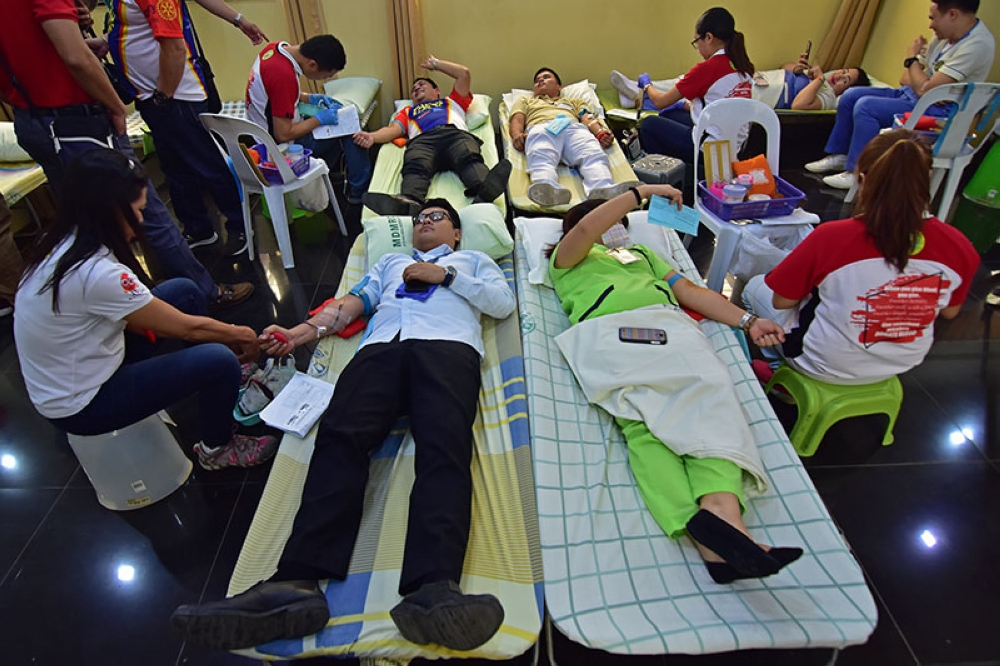 DAVAO. Mga 70 ka indibiduwal nagdonar og dugo atol sa blood-letting gihimo sa Metro Davao Medical and Research Center sa J.P Laurel Avenue sa dakbayan sa Davao isip kabahin sa tinuig nga blood donation sa Rotary Clubs sa dakbayan sa Davao. (Macky Lim)