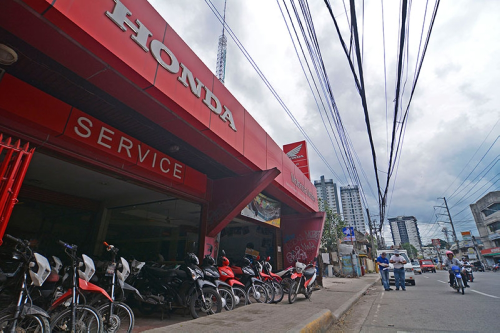 SELLING FAST. Motorcycle units are on display at a dealership on M. Velez St., Guadalupe. The heavy traffic has made some commuters opt to buy motorcycles to significantly cut travel time. (SunStar Photo / Amper Campaña)